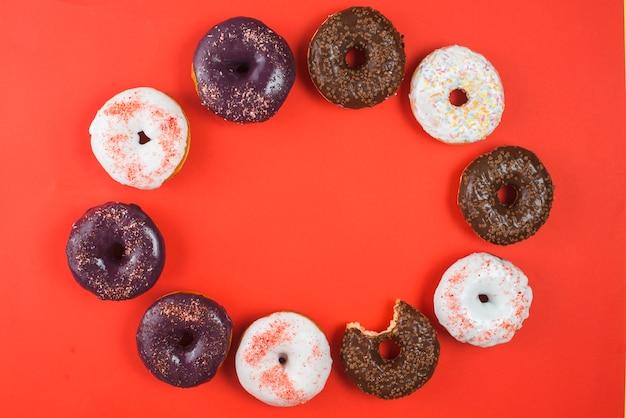 Frische leckere verschiedene schokolade gebissene donuts