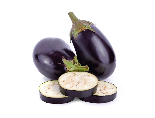 Frische lila aubergine isoalted Premium Fotos
