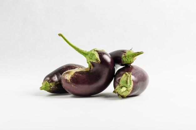 Frische lila auberginen