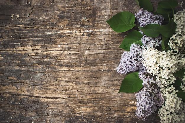 Frische lila blumen auf dem hölzernen weinlesehintergrund. selektiver fokus.