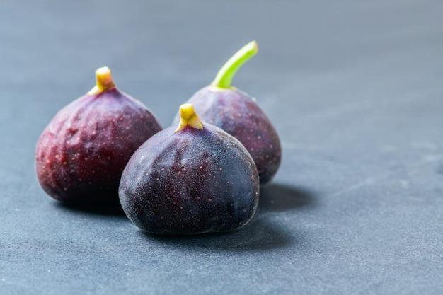 Frische lila feigenfrucht nah oben