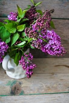 Frische lila frühlingsblumen in einem rustikalen innenraum