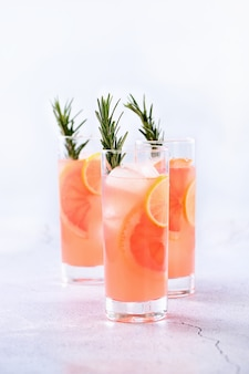 Frische limette und rosmarin in kombination mit frischem grapefruitsaft und tequila. dieser cocktail ist voll von lebendigen zitrusaromen und aromatischen kräutern und präsentiert das beste aus saisonalen winterfrüchten.