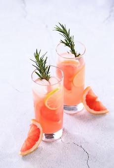 Frische limette und rosmarin in kombination mit frischem grapefruitsaft und tequila