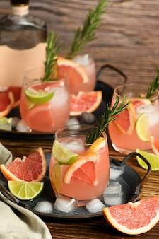Frische limette und rosmarin kombiniert mit frischem grapefruitsaft und tequila sind der perfekte weg, um das beste aus diesen erstaunlichen produkten herauszuholen.