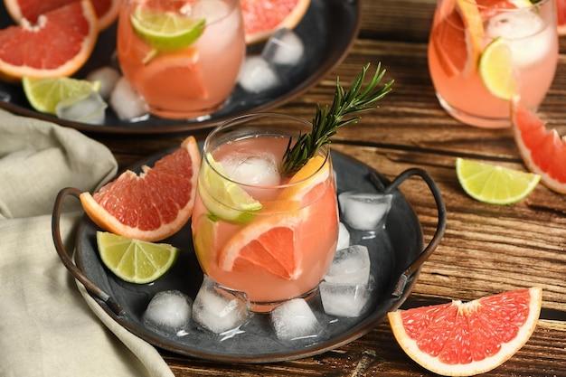Frische limette und rosmarin kombiniert mit frischem grapefruitsaft und tequila sind der perfekte weg