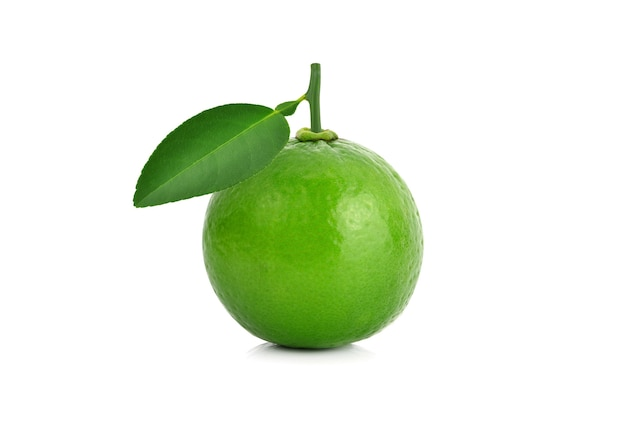 Frische limettenfrucht mit grünem blatt lokalisiert auf weiß