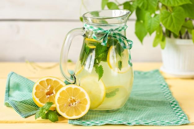 Frische limonade auf weißem hintergrund.