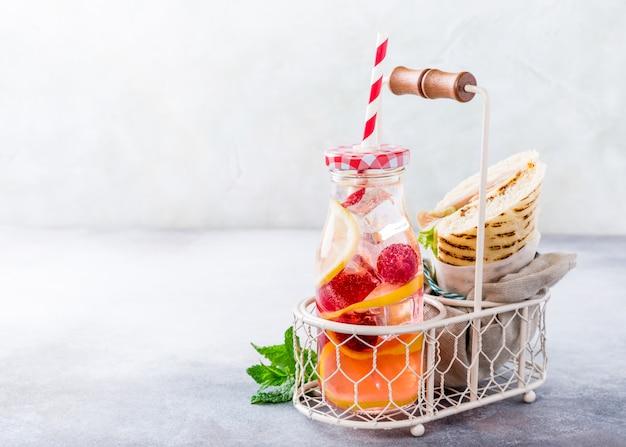 Frische limonade mit hausgemachtem sandwich