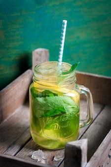 Frische limonade mit kräutern