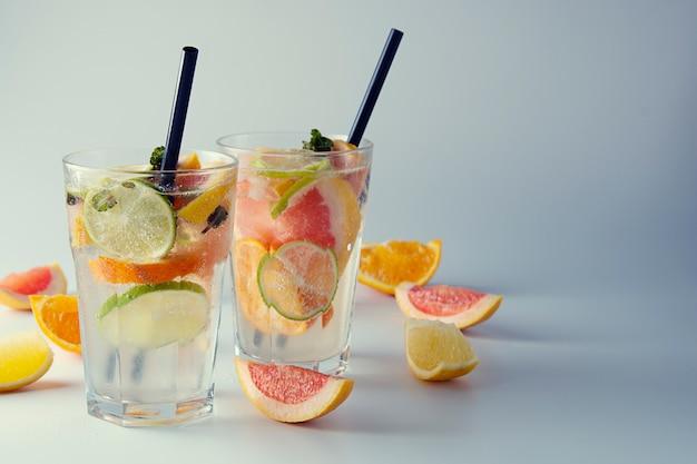 Frische limonade oder cocktail mit zitrone, limette, orange und grapefruit.