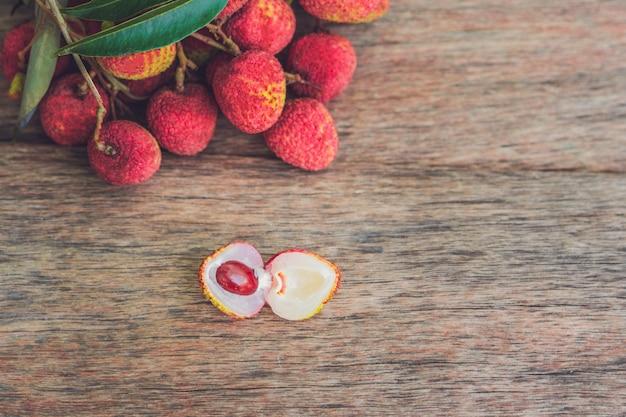 Frische litschifrucht auf einer alten holzoberfläche