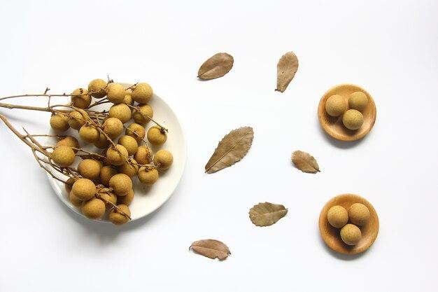Frische longanfrucht auf teller mit laub