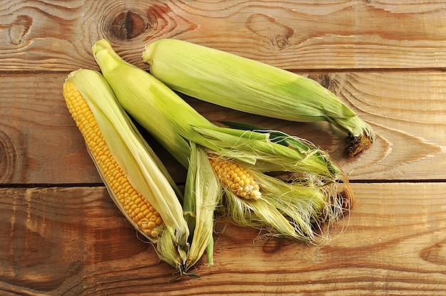 Frische maiskörner mit einem ganzen pfeiler mit blättern