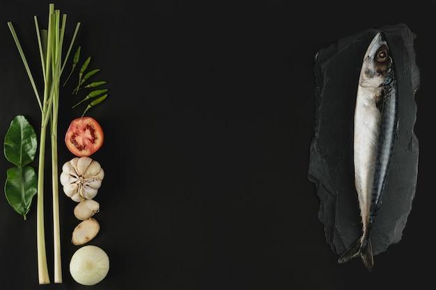 Frische makrele, fisch und zutat auf stein