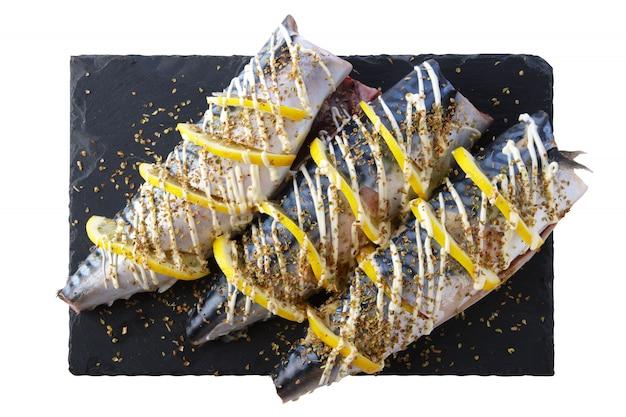 Frische makrele mit den gewürzen und zitrone bereit zum grill