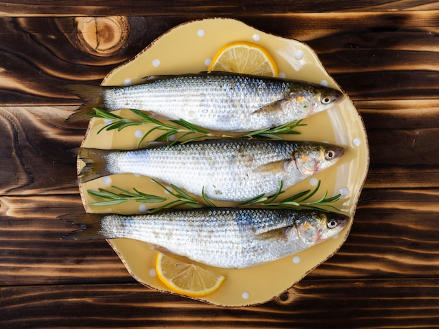 Frische makrelen der draufsicht auf einer platte