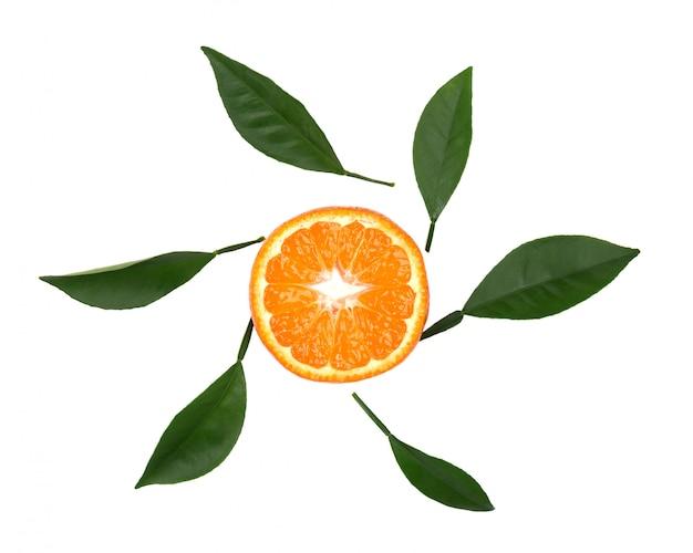 Frische mandarine mit grünen blättern lokalisiert auf weißem raum. mandarinenscheibe isoliert, mit schnittpfad. reife mandarine mit blättern. draufsicht