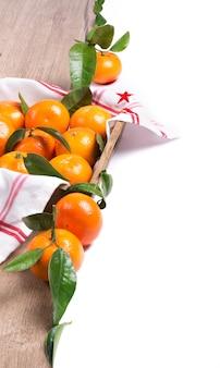 Frische mandarinen auf dem holz lokalisiert auf weiß, raum für text