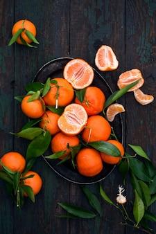 Frische mandarinen auf einem tablett