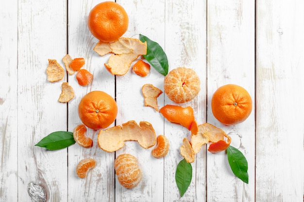 Frische mandarinen auf holztisch