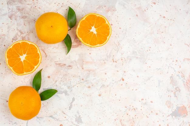 Frische mandarinen der draufsicht schneiden mandarinen auf hellem isoliertem oberflächenkopierraum