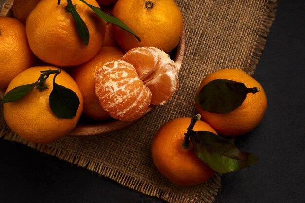 Frische mandarinen mit blättern auf sackleinen