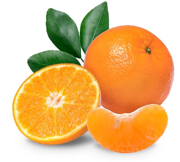 Frische mandarinenorangen-zitrusfrüchte auf weißem hintergrund mit beschneidungspfad.