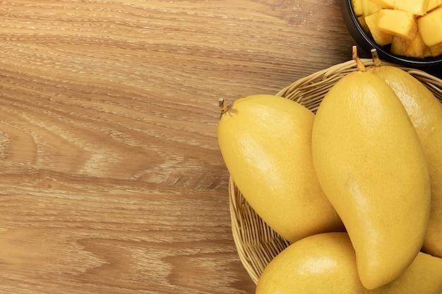 Frische mango-draufsicht. hölzerner hintergrund und kopienraum für addieren text.
