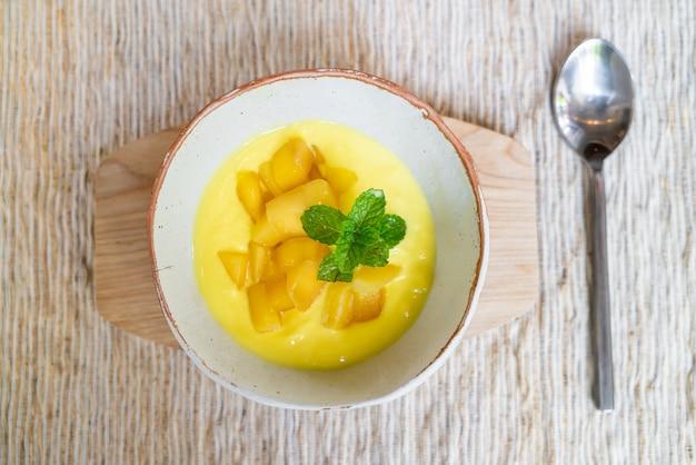 Frische mango mit joghurtschale