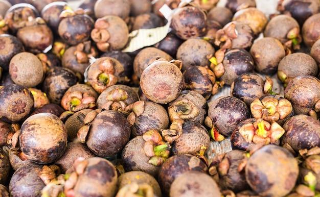 Frische mangostan zum verkauf auf einem markt im freien.