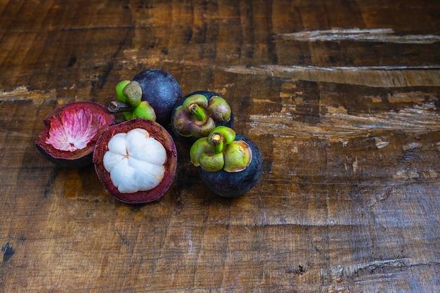 Frische mangostanfruchtfrucht auf einem holztisch