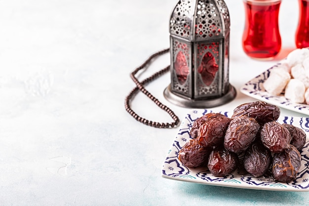 Frische medjool dates. ramadan kareem. speicherplatz kopieren.