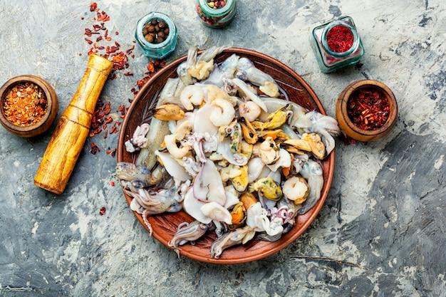 Frische meeresfrüchte auf steintisch