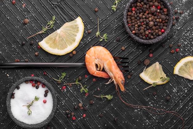 Frische meeresfrüchtegarnelen mit gewürzen und zitrone