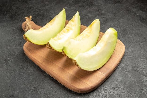 Frische melone schneidet köstliche milde früchte auf schwarz