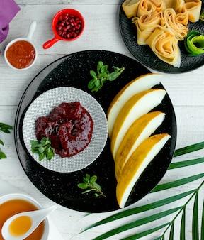 Frische melonenscheiben mit sauce