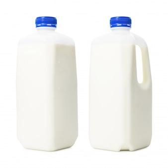 Frische milchflaschen im literbehälter lokalisiert auf weißem hintergrund. frühstücksgetränk für die gesundheit. (beschneidungspfad)