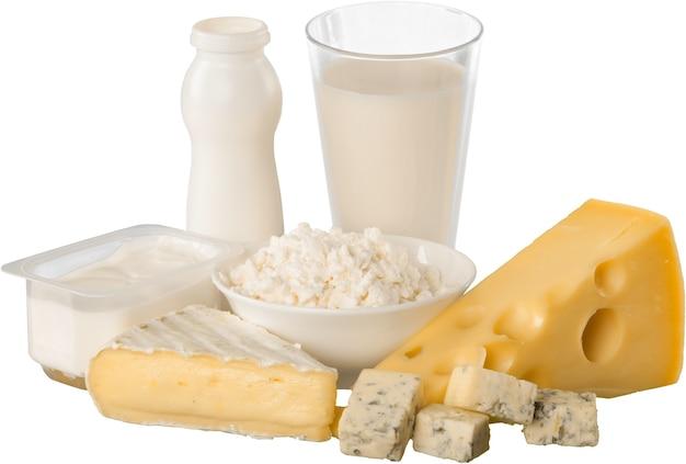 Frische milchprodukte, milch und käse auf weißem hintergrund