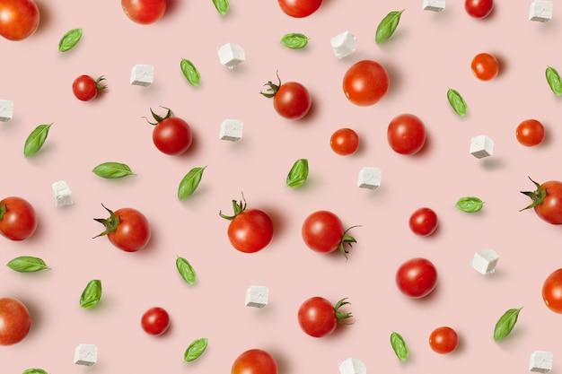 Frische natürliche pizza infredients - reife gesunde natürliche tomaten, käse und basilikumblätter