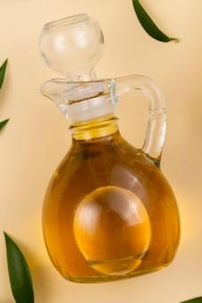 Frische olivenölflasche auf tabelle