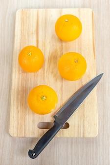 Frische orange auf holzschneidebrett