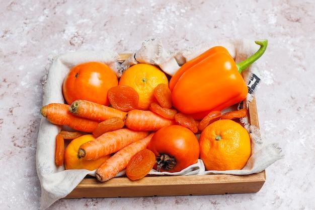 Frische orange foodson betonoberfläche