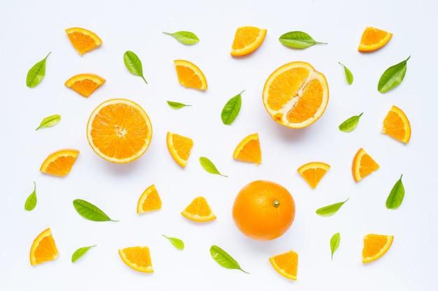 Frische orange frucht mit grünblättern auf weiß.