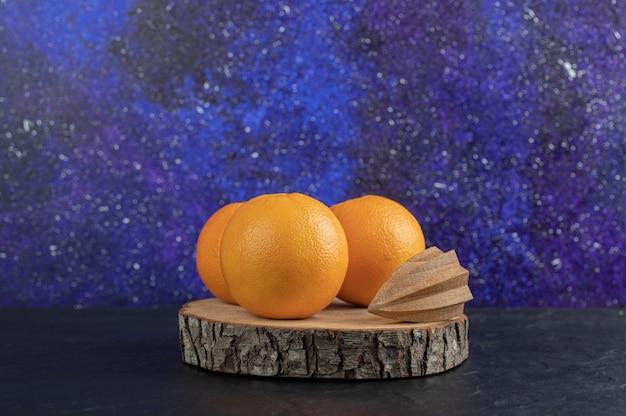 Frische orange früchte auf schwarzem hintergrund isoliert.