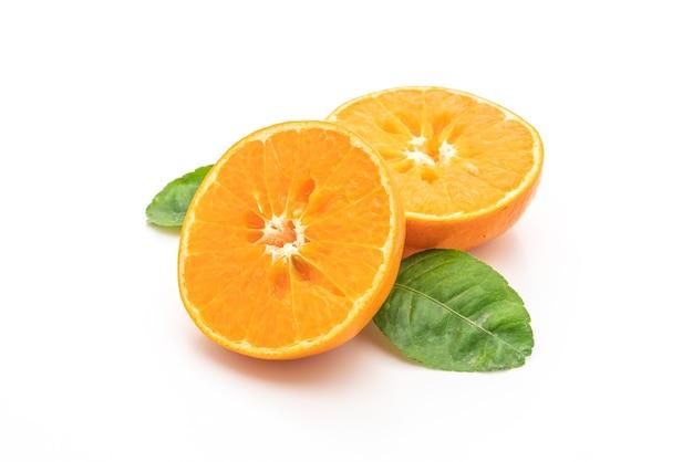 Frische orange früchte auf weißem hintergrund