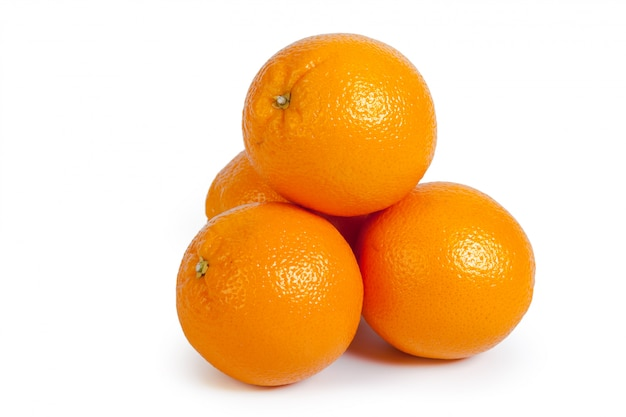 Frische orange getrennt auf weißem hintergrund