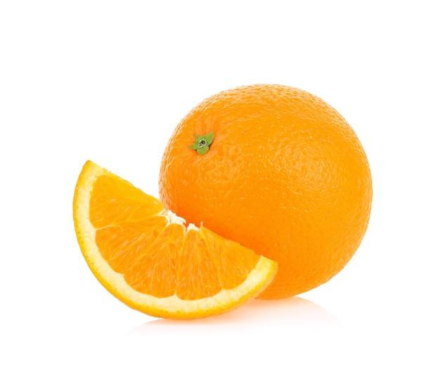 Frische orange isoliert auf weißem hintergrund