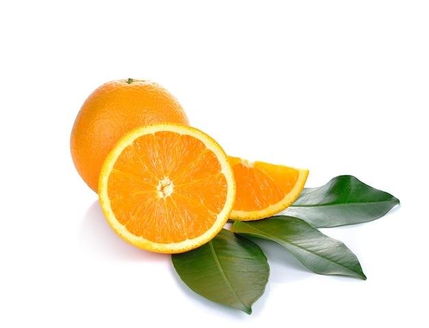Frische orange mit blättern isoliert
