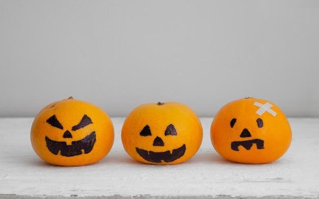 Frische orange mit kopf kürbisse verfolgte spooky gesicht einfache diy dekoration für halloween